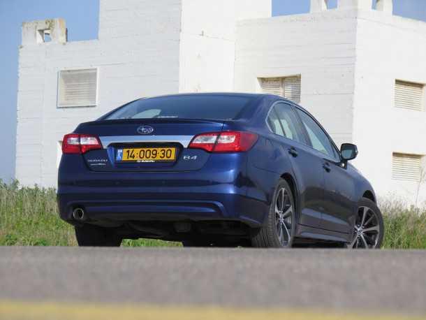 נסיעה חוויתית ברכב המנהלים סובארו B4. הירכתיים המכובדים מסתירים תא מטען ענקי עם נפח העולה על 500 ליטרים. פס הכסף מאחור מפרגן יותר כאשר הצבע של הרכב שחור. צילום: רוני נאק