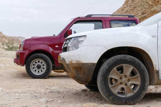 מבחן רכב דאצ'יה דאסטר מול סוזוקי ג'ימני. המכנה המשותף הוא תג מחיר של 99,990 שקלים וחיבה יתירה לשטח. מי לוקח? צילום: ניר בן זקן