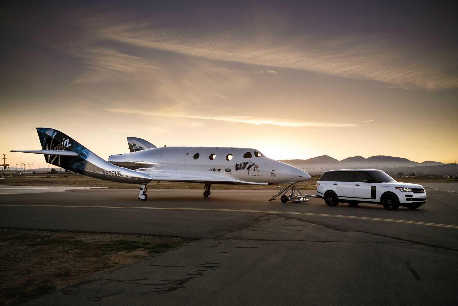 ריינג' רובר גורר כמעט 10 טונות של ספינת החלל החדשה מ-וורג'ין. צילום: לנד רובר