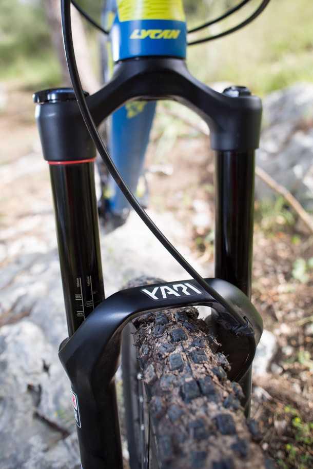 מבחן אופניים ק.ט.מ LYCAN LT 274. מזלג חדש - רוקשוקס YARI - היה התגלית של מבחן האופניים הזה. הוא בפירוש מכפיל כוח בהקשר הזה ועם מאפייני שיכוך ועמידות בפני פיתול מעולים - מהטובים שיש בתעשייה ולא קורע את הארנק. צילום: תומר פדר
