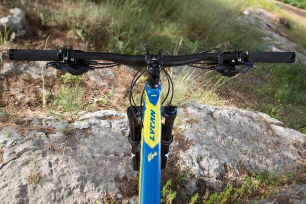 מבחן אופניים ק.ט.מ LYCAN LT 274. איבזור היקפי ממותג KTM. הכידון רחב מאד, הסטם קצר מאד ותנוחת הרכיבה מאד אגרסיבית. צילום: תומר פדר