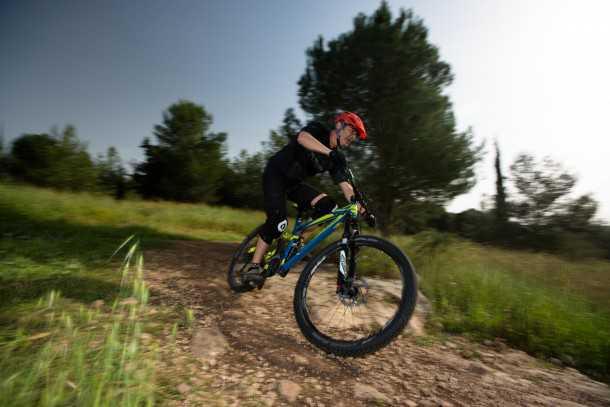 """מבחן אופניים ק.ט.מ LYCAN LT 274. אפילו עם 160 מ""""מ של מהלך האופניים האלו לא יעניש ברכיבת שבילים - הקרדיט מגיע למתלים הנהדרים של רוקשוקס. כמובן שלא מדובר באופני XC כלל...צילום: תומר פדר"""