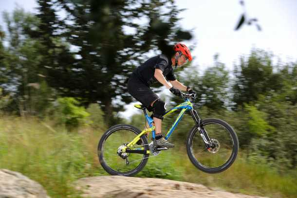 מבחן אופניים ק.ט.מ LYCAN LT 274. גינות סלעים ומדרגות?! זולל אותם באדישות ועם המון בטחון. צילום: תומר פדר