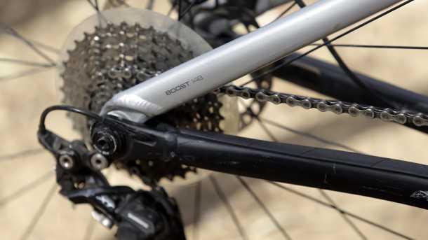 מבחן אופניים trek fuel EX 8. גלגלים גדולים, הרבה טכנולוגיה ויכולת רב-גונית. המחיר: 15K שקלים. צירי BOOST רחבים לפנים ומאחור. צילום: פז בר