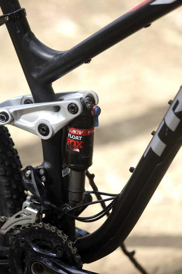 מבחן אופניים trek fuel EX 8. גלגלים גדולים, הרבה טכנולוגיה ויכולת רב-גונית. המחיר: 15K שקלים. בולם FOX שפותח עם PENSKE, נדנדת מתלה ממגנזיום, ניתוב כבלים פנימי. צילום: פז בר