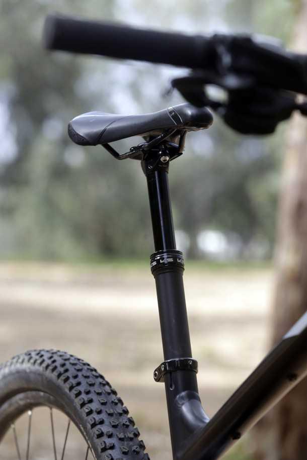 מבחן אופניים trek fuel EX 8. גלגלים גדולים, הרבה טכנולוגיה ויכולת רב-גונית. המחיר: 15K שקלים. מוט הידראולי KS עם ניתוב פנימי - תוספת מבורכת. צילום: פז בר