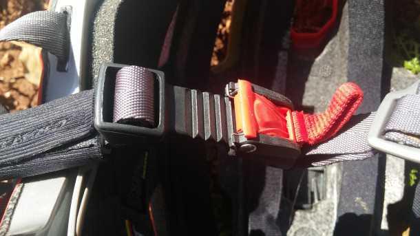 קסדת הרים קרטוני אולטרק - 766 שקלים הם תמורה מצויינת ביחס לאיכות והמתחרים בשוק. תפעול קל של תפס הסנטר עם כפפות מלאות. צילום: רוני נאק