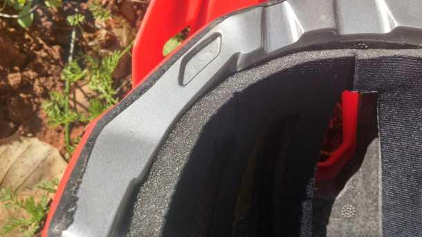 קסדת הרים קרטוני אולטרק - 766 שקלים הם תמורה מצויינת ביחס לאיכות והמתחרים בשוק. הקפדה ייקית על הפרטים הכי קטנים. צילום: רוני נאק