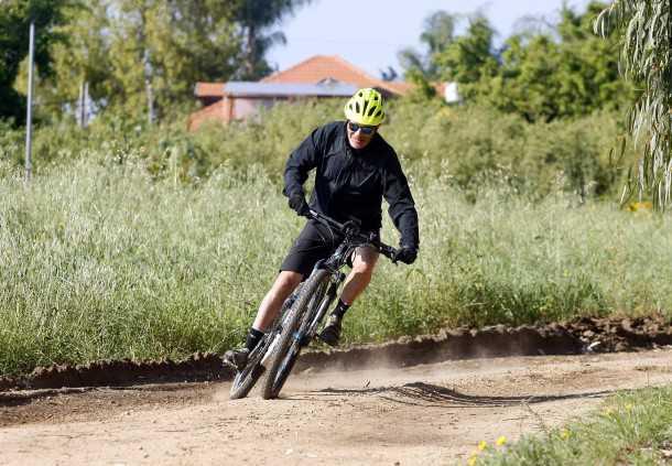 מבחן אופניים הייביק חשמליים לשטח. אין אחיזה יש הנאה ואפילו דריפטים - לא ממש שימוש סביר לפרופיל של הרוכבים על הדבר הזה. צילום: פז בר