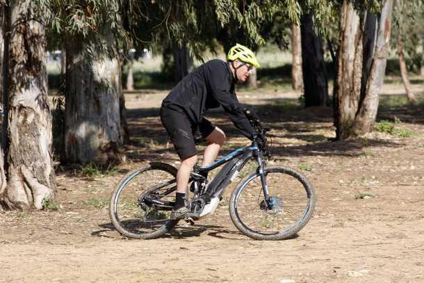 """מבחן אופניים הייביק חשמליים לשטח. 22 ק""""ג, זוויות היגוי שטוחות כל זה הופכים את המאזניים להעדיף יציבות על פני זריזות תמרון. נסו לזגזג והמשקל מורגש היטב. צילום: פז בר"""