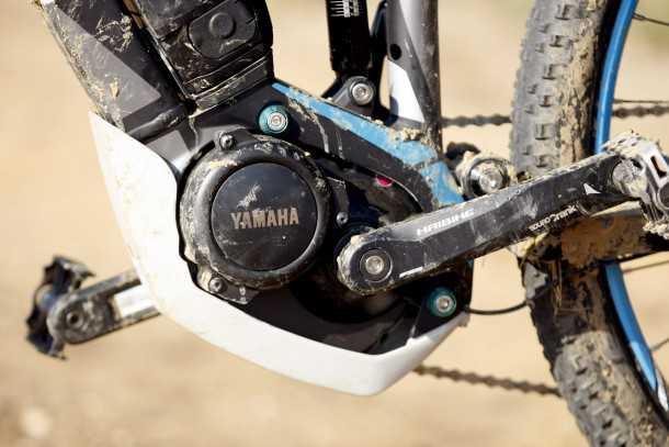 """מבחן אופניים הייביק חשמליים לשטח. מנוע ימהה הוא בחירה יוצאת דופן בנוף הזה שמעדיף בוש. בכל מקרה מדובר ביחידה מדוייקת וחלקה מאד אבל גם עם עוצמה - עד 8 קג""""מ שזה המון וצריכת זרם חסכונית המאפשרת לטייל בראש שקט. צילום: פז בר"""