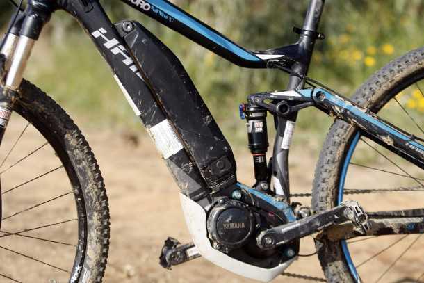 מבחן אופניים הייביק חשמליים לשטח. בולם רוקשוקס, מתלה 4-חיבורים, מנוע וסוללה של ימהה. צילום: פז בר