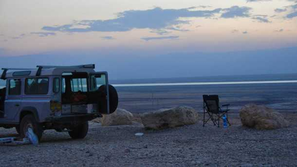 לילה על חוף ים המלח עם לנד רובר דיפנדר ושועל סקרן. צילומים: אורי בן דוד