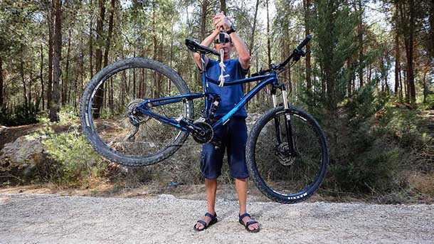 """מה עדיף? אופני 27.5 (אדומים) או 29 אינשט (כחולים שמאחור). שני מרידה one twenty 600 זהים במפרט ובמחיר כשרק הגלגלים עושים את ההבדל. גרסה ה-29 אינשט כבדה יותר ב-1.3 ק""""ג זאת בשל השלדה הגדולה יותר ומשקל הגלגלים. צילום: תומר פדר"""
