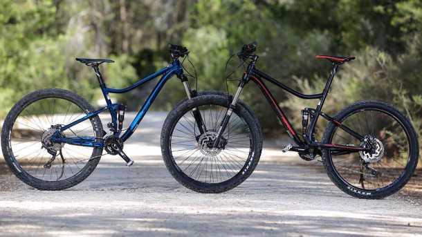 מה עדיף? אופני 27.5 (אדומים) או 29 אינשט (כחולים שמאחור). שני מרידה one twenty 600 זהים במפרט ובמחיר כשרק הגלגלים עושים את ההבדל. צילום: תומר פדר