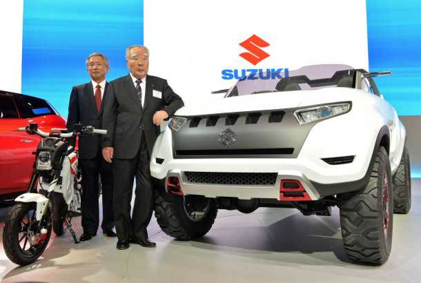 הוכלים הביתה. מימין אוסמו סוזוקי, משמאל הסגן שלו אוסמו הונדה - שניהם הודיעו היום על פרישתם. כאן בצילום מתערוכת טוקיו 2013. צילום: סוזוקי