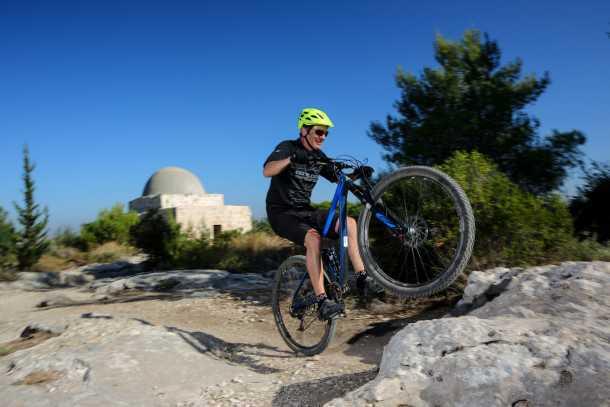 מבחן אופניים מרידה one twenty 9.80 הם גם מטפסים בקלות בזכות משקל עצמי סביר, יחס העברה קצר וחלוקת משקל המאפשרת הנפה קלילה של החרטום גם כשאין אוויר בעליה. צילום: תומר פדר