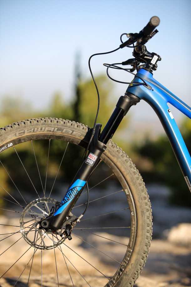 מבחן אופניים מרידה one twenty 9.80 ניתוב הכבלים נקי ועובר דך השלדה, ראש היגוי חרוטי מוסיף לקשיחות אותה דורש מזלג PIKE נהדר מרוקשוקס. המעצורים GUIDE R יכולים להיות טובים יותר. צילום: תומר פדר
