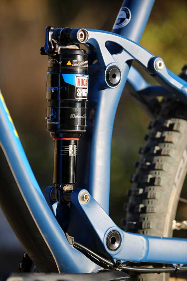 מבחן אופניים מרידה one twenty 9.8000 מתלה אחורי צף כמו אצל כמה ממותגי האופניים הנחשבים, מאפשר רזולוציה טובה יותר ונשאר אקטיבי תחת בלימה. בולם רוקשוקס מעולה. צילום: תומר פדר