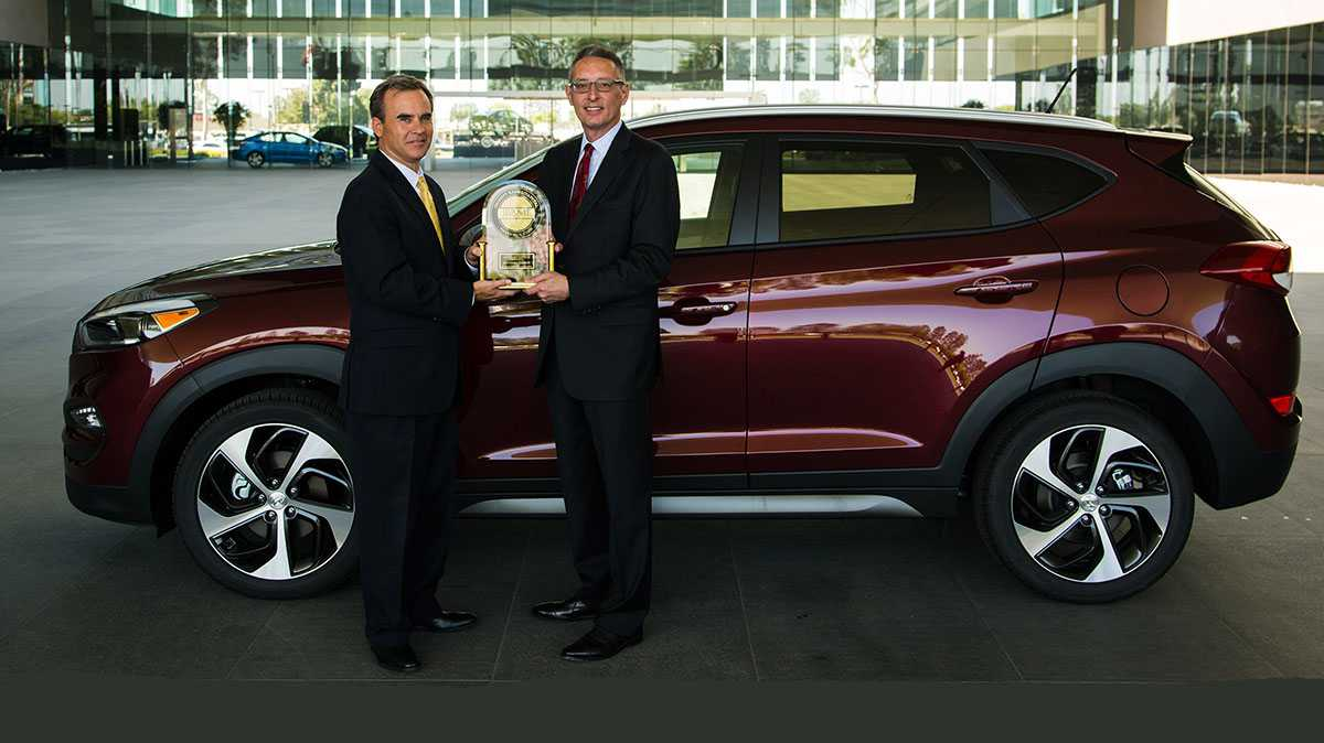 FOUNTAIN VALLEY, Calif., July 27, 2016 – Scott Margason, director, product planning, Hyundai Motor America accepts the most appealing small SUV trophy from John Csernotta, vice president global automotive, J.D. Power. The 2016 Hyundai Tucson was the most appealing small SUV in J.D. Power's 2016 Automotive Performance, Execution and Layout (APEAL) StudySM.