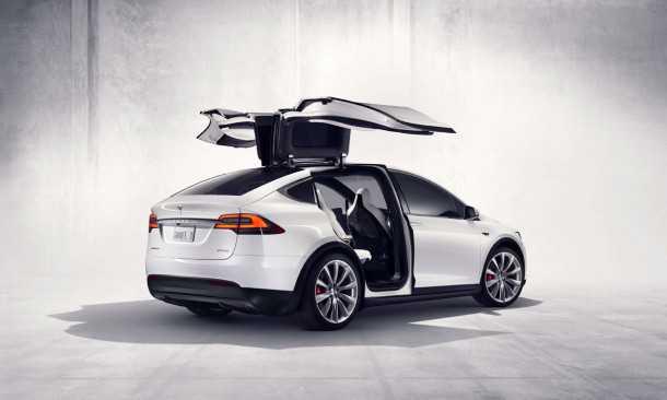איך הדלתות הנהדרות האלה נפתחות כשהאוטו הפוך על הגג? טסלה מודל X בתאונה אוטונומית. צילום: טסלה