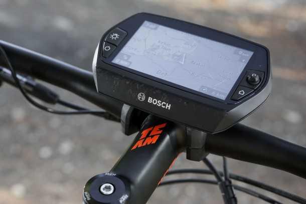 KTM MACINA Lycan אופניים עם דשבורד - ואפילו חכם עם ממשק לסמרטפון, נשלף ועם מגוון אפליקציות משלו - כמו למשל מפה חיה עם רדיוס הטווח שנותר בסוללה. צילום: תומר פדר