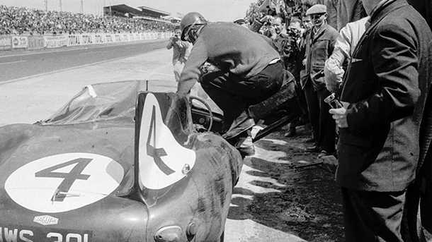 צילומים היסטוריים של אותה המכונית ממש אשר נמכרה ביום שישי מאותו מירוץ לה מאן בו ניצחה ב-1956. צילום: RM SOTHBYS