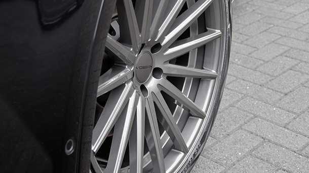 אאודי Q7 משופרת מרכב ומנוע. חישוקי גלגל ענקיים ובעיצוב ייחודי סוגרים מראה מאד...ייחודי ל-SUV הגדול של אאודי. צילום: ABT