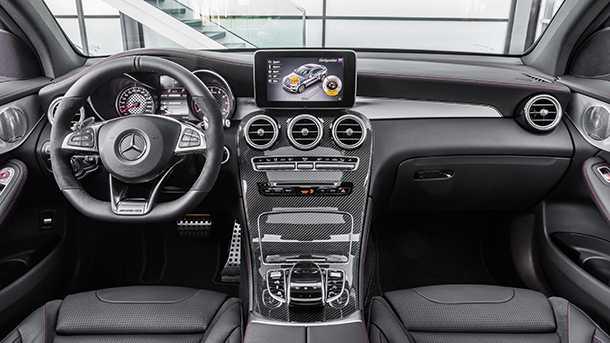המון קרבון בתא הנוסעים והנהג - כמה מפות למצבי נהיגה ורוח שונים ואמביאנס AMG אופייני עם גוונים של עור שחור ואלומיניום מוברש. מרצדס GLC AMG. צילום: מרצדס