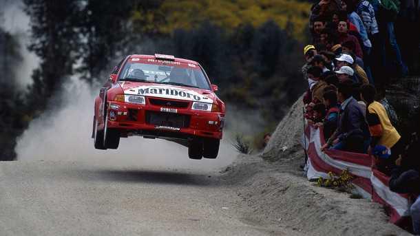 זוכרים את הטיפוס הזה? טומי מאקינן בדרך לעוד נחיתה רכה ב-WRC של 1999 עם מיצובישי אבולושן. בולמי של OHLINS כמובן. צילום: אוהלינס