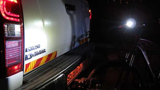 בדרך לעוד הרפתקאה! רכיבת לילה לאור פנסים יכולה לעזור לך למצא את האש שכבתה. צילום: רוני נאק