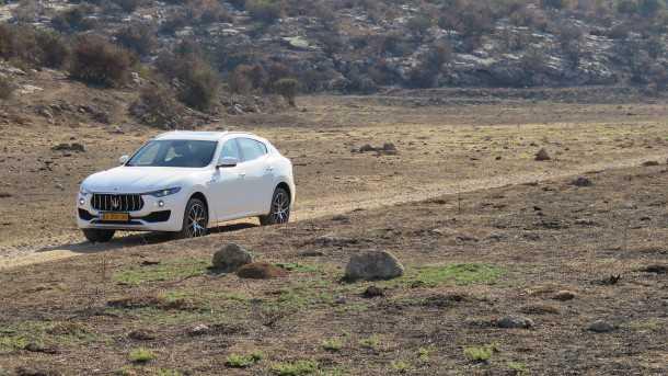 מבחן דרכים מזראטי לבנטה. למעט הבעיה המנטאלית של לנסוע בשטח עם רכב כזה, נקודת החולשה העיקרית הם צמיגי הכביש הספורטיביים והדקיקים. צילום: רוני נאק