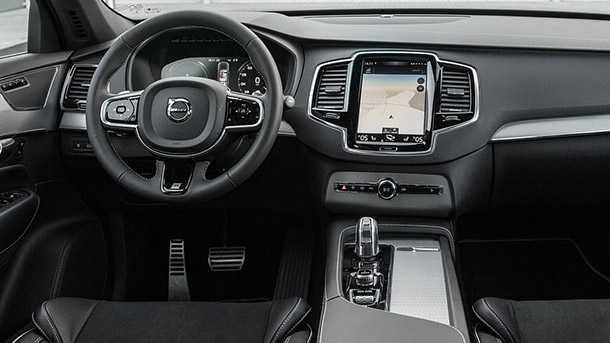 מבחן דרכים וולבו XC90 T8 - איכות מרשימה, יכולת נהדרת ומערכת הנעה שהיא חזקה כמו שהיא חכמה וחסכונית. איפה המושבים הממוזגים? כל השאר פיקס. החניה האוטומטית (בניצב או במקביל) עובדת נהדר! צילום: רוני נאק