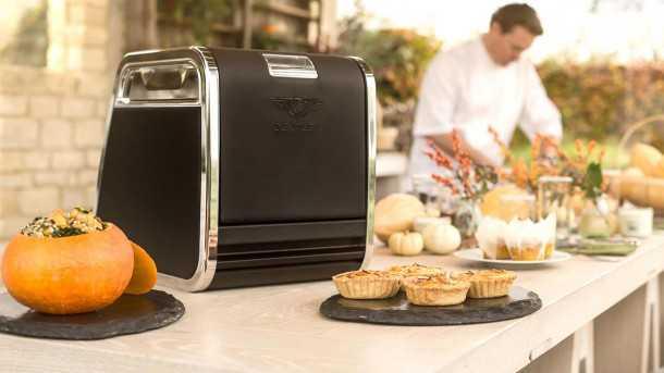 """סלסלת הפיקניק של בנטלי - חלק מאיבזור """"מולינר"""" היוקרתי - וכן יש גם שף שמכין את הלוף. צילום: בנטלי"""