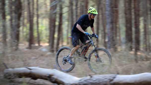מבחן אופניים סנטוריון נומיניס אופני הרים חשמליים. איך ליהנות ביער מבלי להזיע? בדיוק כך! הרבה כיף גם אם הם אינם מושלמים ויכולת להביא רוכבים חדשים/מבוגרים/מוגבלים לחוות את השטח. צילום: תומר פדר