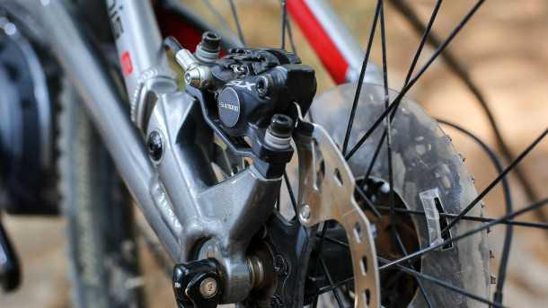 מבחן אופניים סנטוריון נומיניס חשמליים.מעצורי שימאנו SLX עם חבילת אייסטק עובדים נהדר גם עם תוספת המשקל שיש באופניים הללו. התקשתי למצא את היתרון היחסי שיש במתלה האחורי כאן... צילום: תומר פדר