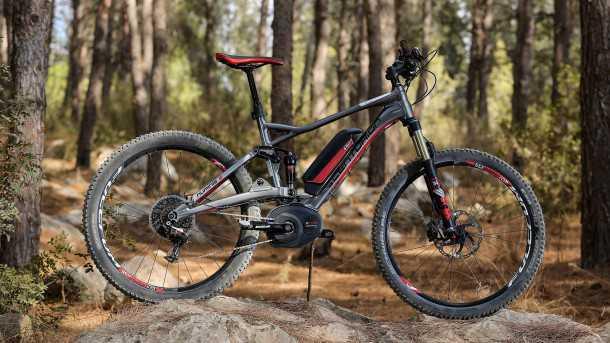 מבחן אופניים סנטוריון נומיניס חשמליים. צמיגים רחבים, מוט מושב הידראולי ובלמים חזקים מאד. צילום: תומר פדר