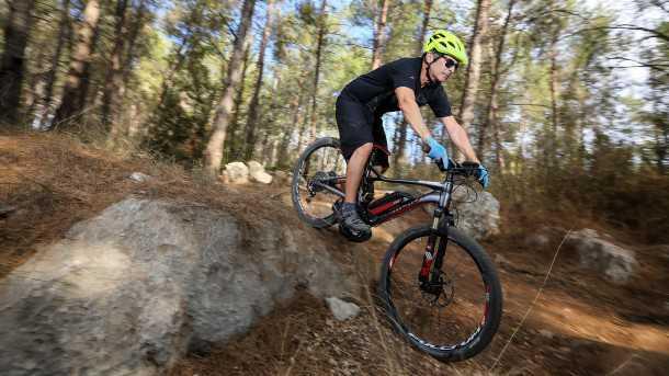 מבחן אופניים סנטוריון נומיניס אופני הרים חשמליים. נסו לדלג מעל מדרגונת כזו ותגלו כי המתלה האחורי רך מדי ומתקשה להתמודד עם הנחיתה. הקשיחו אותו ואז לא תקבלו עקיבה טובה בעומסים הרגילים - בעיה! צילום: תומר פדר