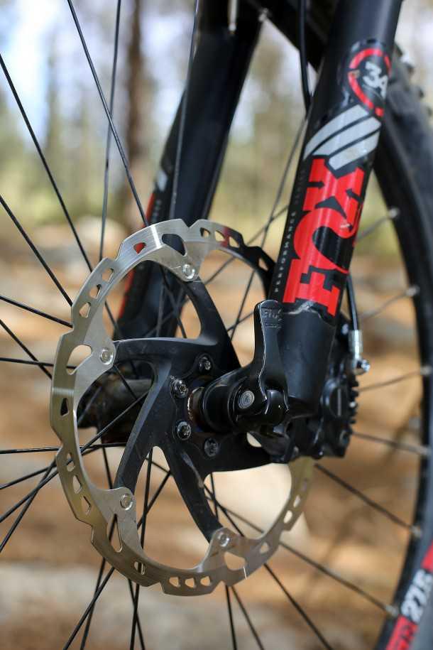 """מבחן אופניים סנטוריון נומיניס חשמליים. מעצורי שימאנו SLX עם דיסק 203 מ""""מ. מזלג פוקס 34 מ""""מ שכבר ראינו אותו בכשר טוב יותר לא סיפק את הסחורה... צילום: תומר פדר"""