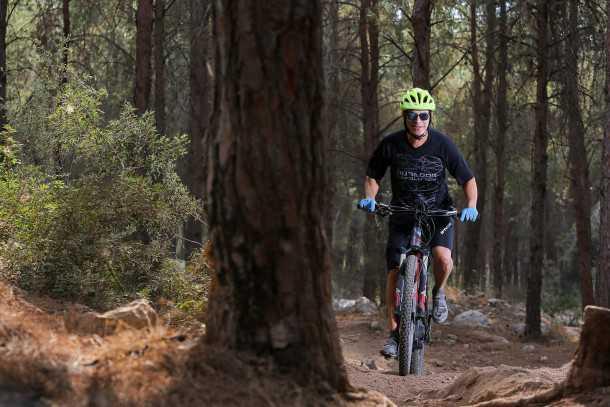 מבחן אופניים סנטוריון נומיניס חשמליים. מסיבה ביער - זווית היגוי חדה יחסית שומרת על כשר תמרון ספביר פלוס בסינגלים - אלו לא אופניים רק לקווים ישרים. צילום: תומר פדר