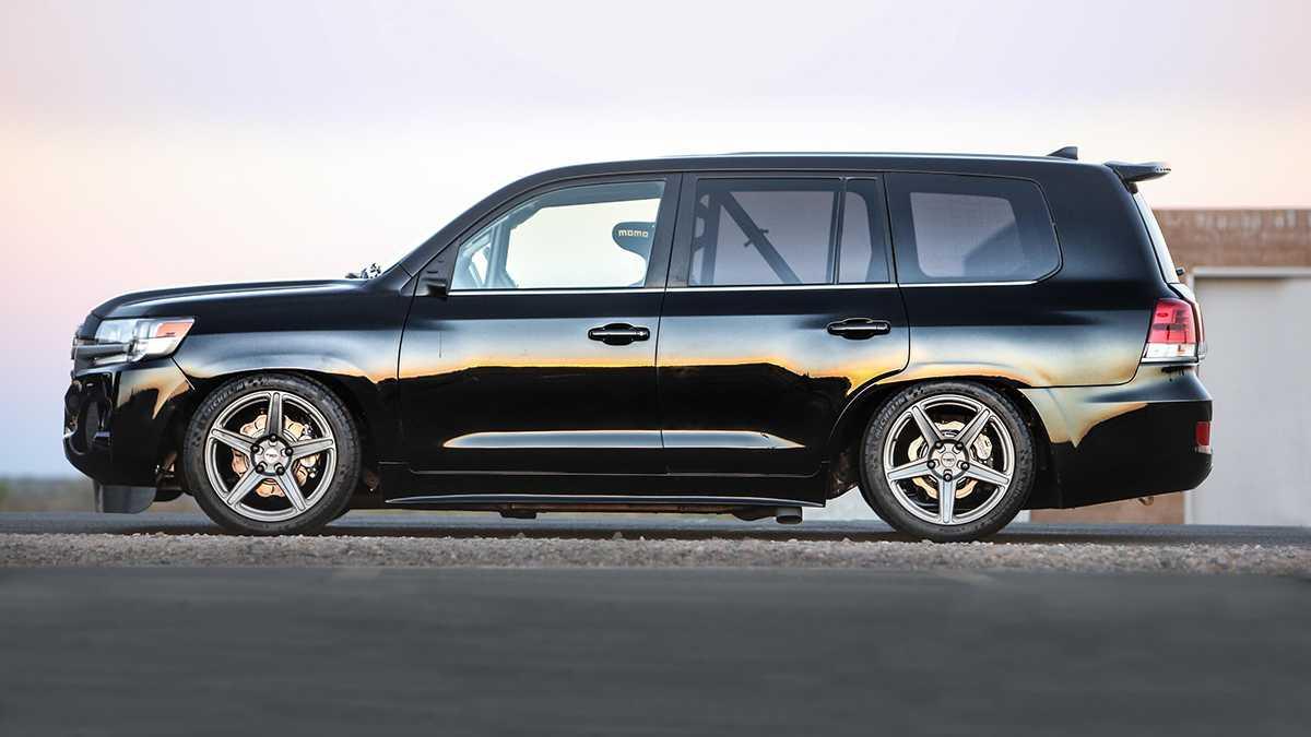 """טויוטה לנדקרוזר בתערוכת SEMA. 350 קמ""""ש מאגרוף פלדה והמון שיפורי רכב. צילום: טויוטה"""