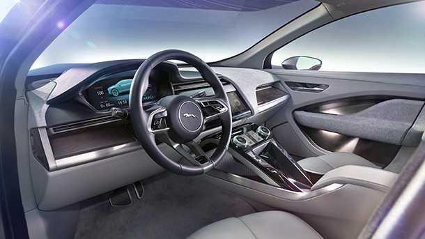 יגואר I PACE תא הנהג הוא דיגיטאלי מלא עם מסכי LCD ברזולוציה גבוהה ומולטי טאצ'. צילום: יגואר