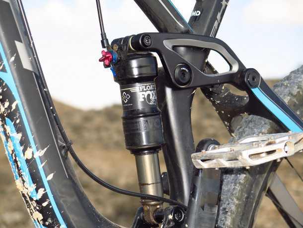 """מבחן אופניים BH LYNX 6. בולם אחורי של FOX עם שלושה מצבי שיכוך ותליה """"צפה"""" בין שני רכיבי מתלה נעים. מאד יעיל וסופג דברים קטנים כגדולים. צילום: רוני נאק"""