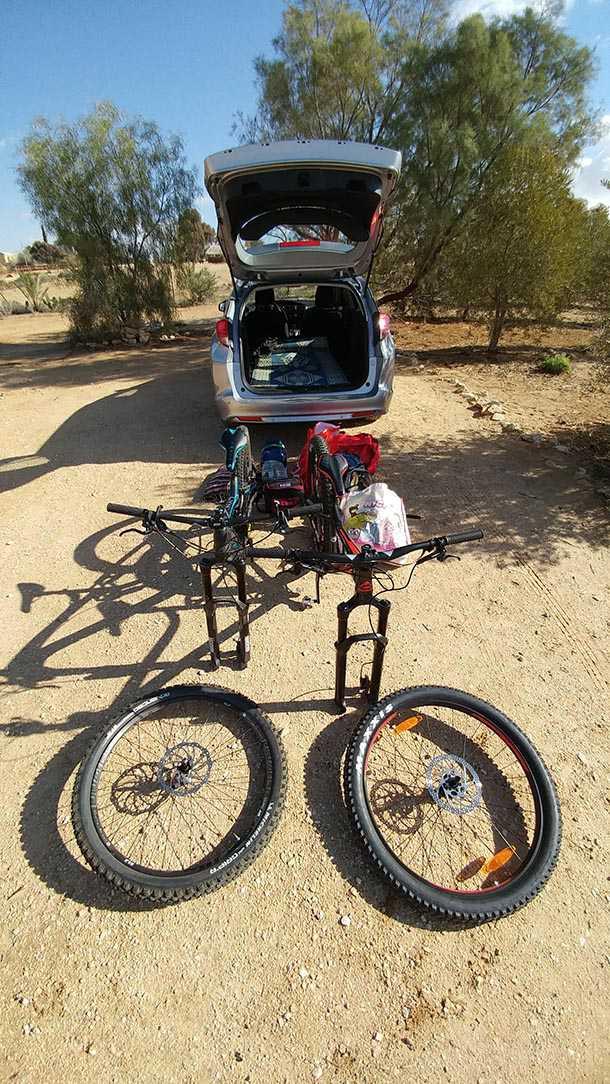 תודה להונדה שסייעה עם הונדה סיוויק טורר שתא המטען שלה בלע בקלות שני זוגות אופניים וציוד מלא ליום רכיבה ארוך בנגב. צילום: רוני נאק