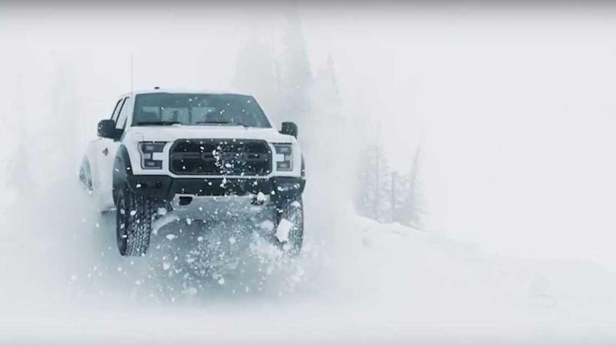 """קן בלוק יוצא לשלג בווידאו קד""""מ של טנדר פורד ראפטור 2017. צילום: פורד"""