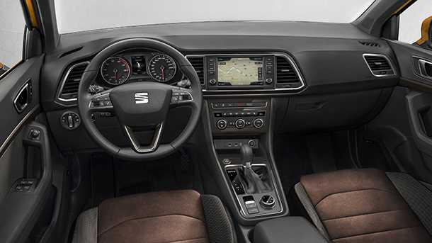 סיאט אטקה. תא הנהג מצויד במערכת מולטימדיה פולינק, יש אופציות לריפודי אלקנטרה וכסטנדרט מערכות בטיחות רבות. צילום: סיאט
