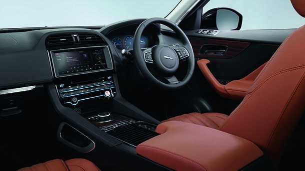 מבחן דרכים יגואר FPACE - אחד הביצועים היפים יותר של SUV פרימיום. תא נהג בהחלט מעוצב ומצוייד ברוח הזמן. לוח המחוונים הדיגיטאלי נעדר מרכב ההדגמה. יחזור תחת היבואן החדש. צילום: רוני נאק