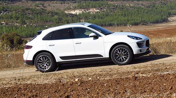 מבחן דרכים פורשה מאקאן. המראה והצללית יחודיים לפורשה ולא מזכירים בדבר את הבסיס המשותף לקבוצת VW. מכונית נראית טוב! צילום: רוני נאק