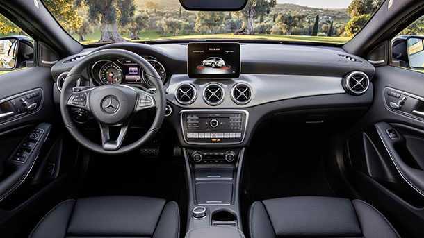 תא הנהג של מרצדס GLA המעודכנת כולל מסך מולטימדיה מוגדל ומצלמות היקפיות. צילום: מרצדס