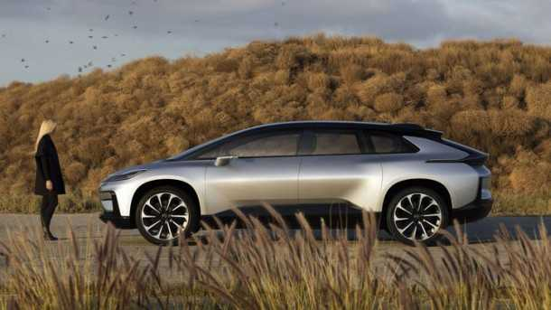 faraday future מכונית גדולה למדי. כאן ליד נהגת פוטנציאלית שתישאר מקושרת לעולם הדיגיטאלי שלה בכל הדרך. צילום:FF